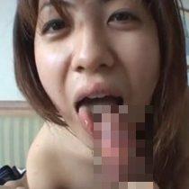 【無修正】エッチ大好きな淫乱素人主婦がカメラの前で嬉しそうにおちんこをしゃぶり上げて口内射精 熟女動画