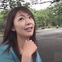 【無修正】Tバックの淫乱な美人妻が、遠隔ローターをつけて外に!その後ノーパンになり、ドキドキ野外散歩を楽しむ 熟女動画
