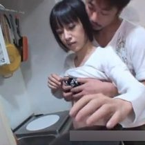 【無修正】貧乳なのに大人の色気が漂う美人主婦とキッチンでエロい事した後に生ハメセックス 熟女動画