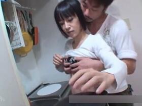 【無修正】貧乳なのに大人の色気が漂う美人アラフォー主婦がキッチンで濃厚フェラチオ口内射精からベッド本番生ハメセックスへ