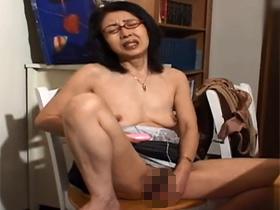 【無修正】ローターオナニーで性欲を発散している母子家庭の還暦熟女が独身息子と中出し母子相姦セックス 熟女動画