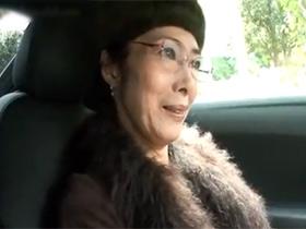 【無修正】今年で60歳の還暦を迎える高級マンションに住むマダムが家族に内緒でAV出演して生中出しセックス 熟女動画