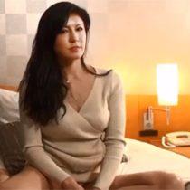 【無修正】スケベな素人マダムに黒タイツを履かせてオイルでぬるぬるプレイでおまんこ責め! 熟女動画