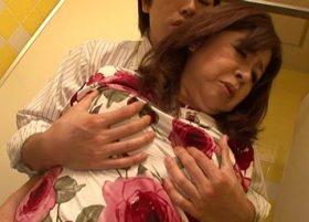 【無修正】ムチムチボディの淫乱熟女がいやらしい巨乳でビンビンチンポをパイズリ奉仕!