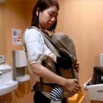 【無修正】赤ちゃんを抱きながら男と個室トイレでセックスする道徳がなさすぎる淫乱素人主婦の動画がこちら 熟女動画
