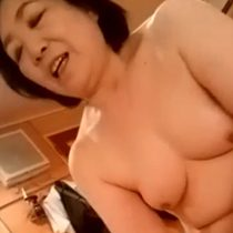 【無修正】ぽっちゃりした熟れた身体の還暦熟女にローションで激しく手コキされて射精! 熟女動画