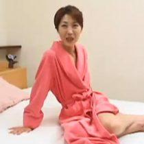 【無修正】スレンダーな美熟女妻がバイブオナニーして、おちんぽをフェラチオ!興奮して濡れたまんこを突き上げられて感じまくり絶頂アクメ! 熟女動画