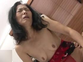 【無修正】欲求不満な五十路熟女が久々のセックスで若いチンポに喘ぎまくり悶絶絶頂! 熟女動画