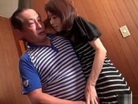 【無修正】自慰行為で性欲を解消するセックスレスの四十路専業主婦が中年の宅配員を誘惑 熟女動画