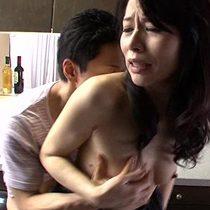 近くに旦那がいるにもかかわらず母子相姦セックスしようとしてくる息子のチンポに善がる母 井上綾子 熟女動画