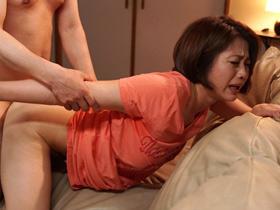 【友田真希】「おちんちん硬い…」自らアナルとマンコを広げ、チンポを求める淫乱な巨乳人妻!正常位で激しく突いて濃密プレイ!