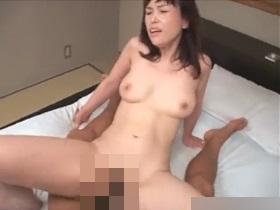 不倫相手の若いデカチンポで喘ぎまくる激イキスレンダー主婦とアクメセックス! 熟女動画