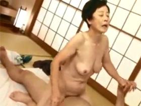 インポになった中年息子を勃起させるために70歳で高齢の母親が母子相姦 熟女動画