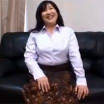 【無修正】最近旦那の浮気を疑っている豊満体型の素人主婦の百瀬葉子さん(52歳)が復讐のためAV出演 熟女動画