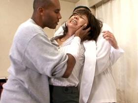 黒人の患者にレイプされてデカマラにイカされまくる五十路爆乳外科医 時越芙美江 熟女動画