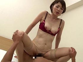 親戚の家に居候している甥が妖艶な魅力の巨乳の叔母と近親相姦セックス 内原美智子 熟女動画