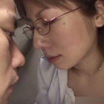 【無修正】スレンダーでエロい身体をしたメガネ美女に生ハメ中出し! 熟女動画