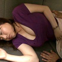 車で寝てしまったムチムチ巨乳人妻。意識がない内におっぱいを弄ばれそのままカーセックスへ 熟女動画