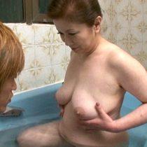 ニートで童貞の息子と一緒にお風呂。女の体を知らない子供に手取り足取り、ブラの外し方を教えながら性教育 岩崎千鶴 熟女動画