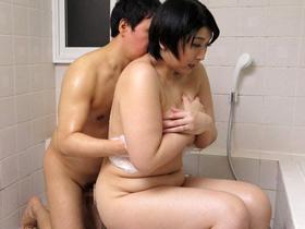 大きくなった甥っこと久々に入浴した爆乳おっぱい叔母がお風呂場で近親相姦セックス 八木美智香 熟女動画