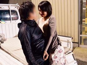田舎夫婦の性事情。誰も人がいない屋外で、軽トラにマットを敷いて堂々の青姦セックス 矢部寿恵 熟女動画