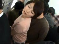 満員電車で痴漢の手マンに感じてしまった還暦妻 内原美智子 熟女動画