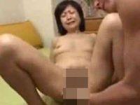 【無修正】五十路主婦のフェラチオで口内射精から激しい手マンで大量潮吹き! 熟女動画