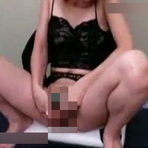 【無修正】スレンダーな美女がバイブをクリトリスに押し当てながらオナニーして悶える! 熟女動画