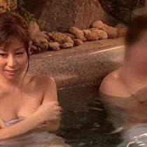 試練を与えられて混浴温泉に入った美人人妻が複数の男たちに取り囲まれ乱交セックス! 秋野千尋 熟女動画