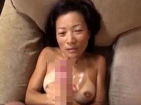 【無修正】ビキニの日焼け跡がくっきり残る巨乳主婦の手コキで我慢できずに顔射! 熟女動画