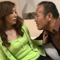 【無修正】酒の溺れるダメ夫のせいで家庭崩壊寸前の五十路嫁が旦那の強引なセックスでも感じてしまい…