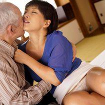 80歳のおじいちゃんのチンポに善がるむっちり体型の巨乳四十路嫁…【鮎原いつき】
