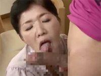 【高齢】「ココが気持ちいいの?」若いチンポに興奮しながら裏筋に舌を這わすフェラチオ! 熟女動画