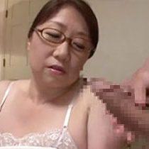 センズリしてる男のウソのような勃起力にうっとり惚れてしまうメガネの巨乳おばさん 熟女動画