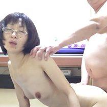 【無修正】素人の個人撮影ビデオが流出…!メガネを掛けた四十路で細身の熟女がバックでセックスを楽しむ!