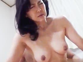 【無修正】オナニーからM字開脚でおねだりする垂れ乳の四十路熟女!生ハメからしっかり中出しする、素人裏ビデオが流出!