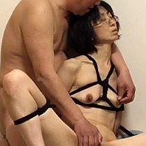 垂れ乳が変形するくらい緊縛された五十路熟女が男から乳揉みや手マンをされて苦悶の表情