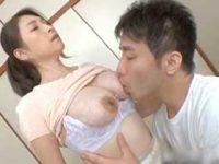 息子の下の世話をする巨乳の熟女母…夢中で乳首に吸い付いて母乳を吸いつくす!