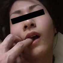 【無修正】貧乳の人妻との生ハメ不倫エッチをハメ撮り!ちょっとチンポを膣内で動かすだけで喘ぎまくり!