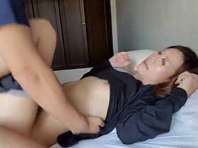 【無修正】貧乳の人妻さんと昼間から家の中で中出しセックスしちゃう…【個人撮影】